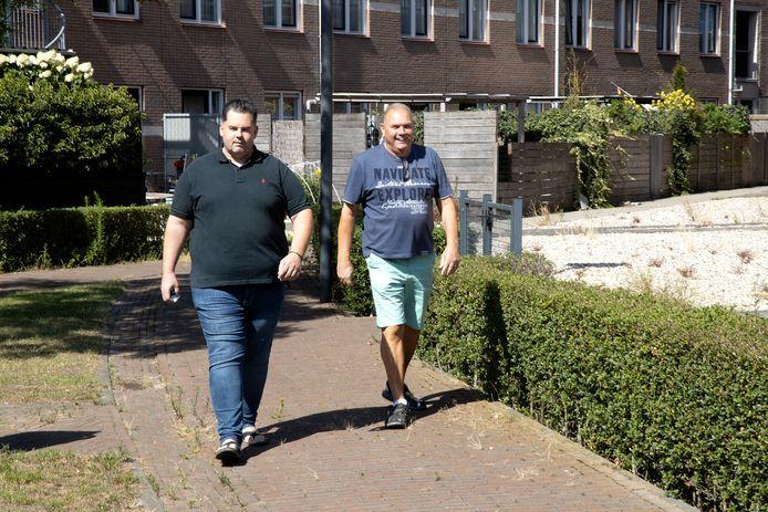 Wijkbewoners Appie Scheurleer (links) en Karel van Hout houden Suytkade goed in de gaten.