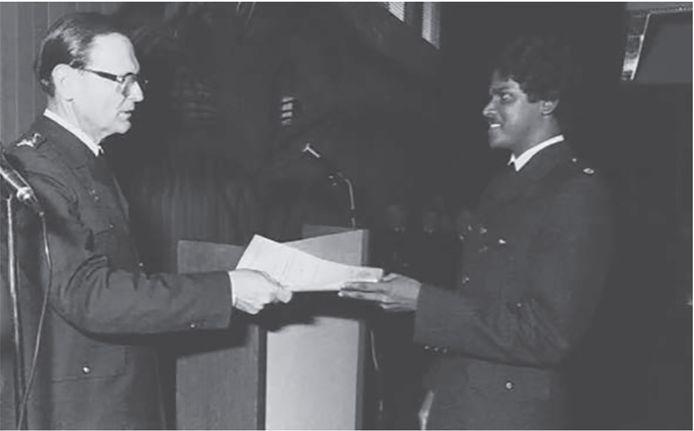 Chan Santokhi ontvangt zijn diploma aan de politie-academie.