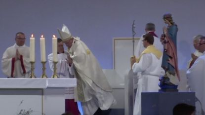 VIRAL. Paus valt tijdens viering van zijn voetstuk