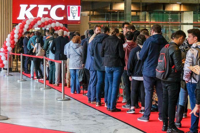 Mensen staan aan te schuiven aan KFC in Brussel-Noord op de openingsdag in juni 2019.