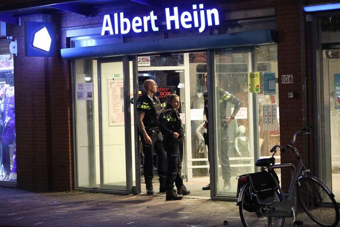 De politie komt ter plaatse na de overval op de Albert Heijn aan de Steijnlaan in Den Haag. archieffoto