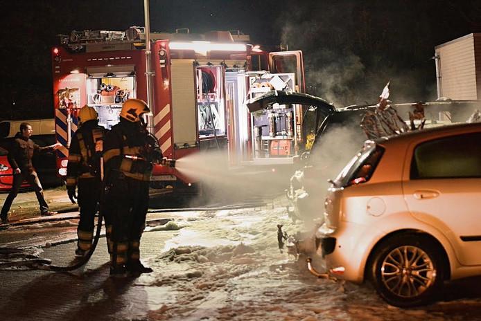 De brandweer blust de autobranden in Geldrop