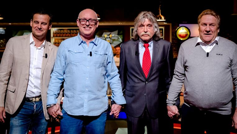 Wilfred Genee, René van der Gijp, Johan Derksen en Jan Boskamp sloten hun handen ineen tegen homogeweld, in de tv-studio van Voetbal Inside. Beeld anp