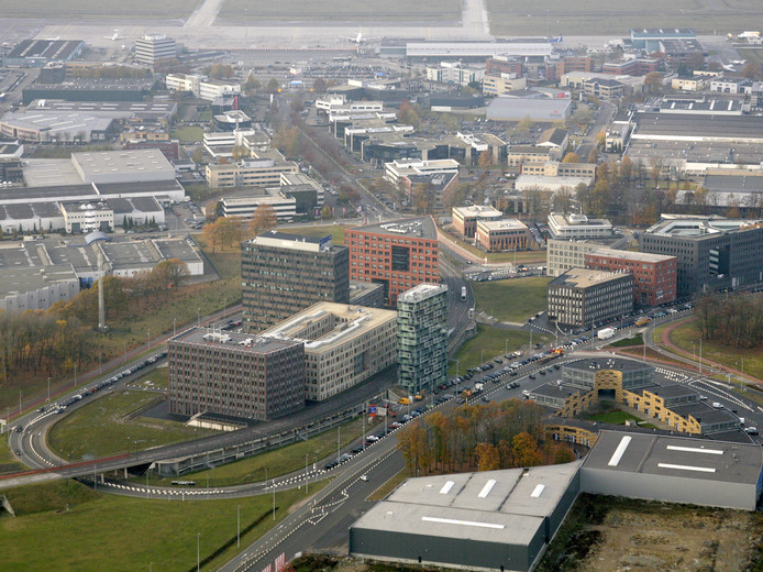 Het gebied tussen Eindhoven Airport (achter) en Flight Forum (voorgrond) in Eindhoven verdient een betere inrichting, vinden overheden en bedrijven.