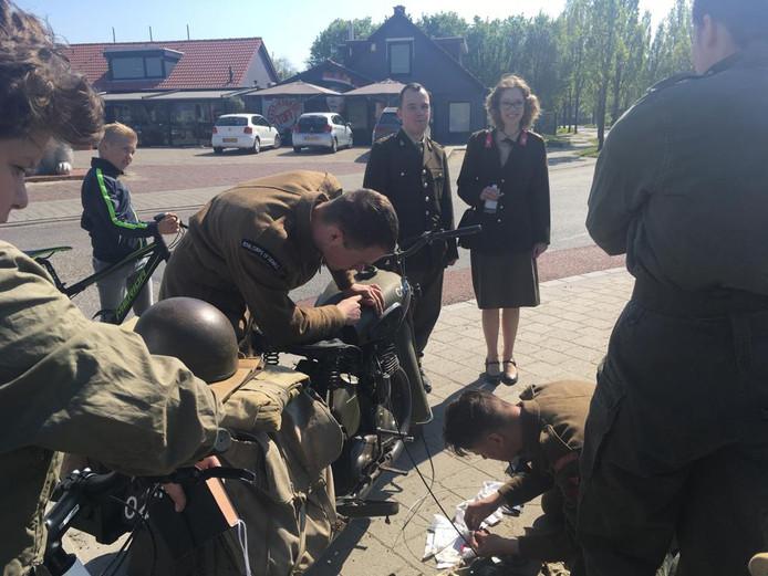 Een kapotte kabel van een motorfiets wordt gerepareerd, tijdens de lunchstop bij Broodjeszaak Toff in Oosterland