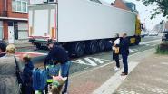 """Open Vld telt vrachtwagens aan school in Sint-Dimpna: """"Stad respecteert eigen akkoord niet"""""""