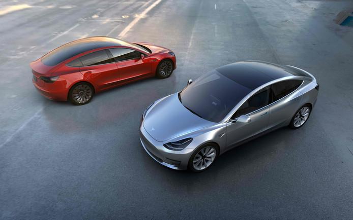 Model 3 waarmee Tesla elektrische wagens naar een massapubliek wil brengen. Het bedrijf kampt echter met grote problemen om de productie op gang te krijgen.
