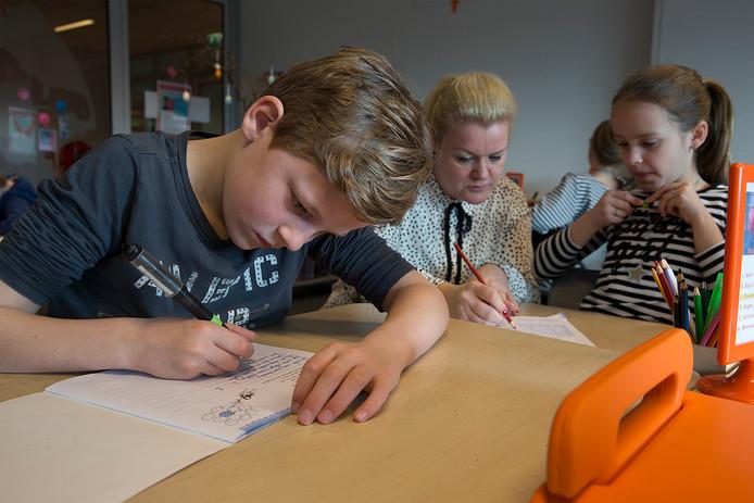 Schrijfles op bassisschool De Bem in Zevenaar. foto Theo Kock