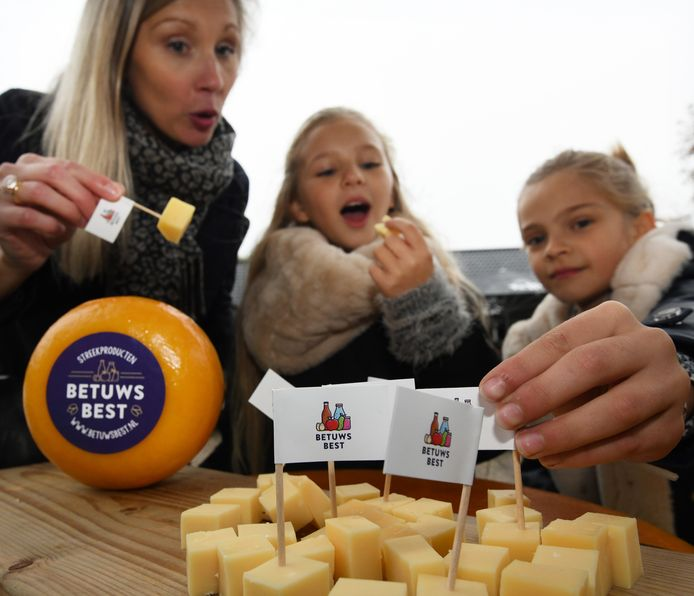 De onthulling van het beeldmerk Betuwe Best. De familie Scholten proeft de Betuwse kaas.