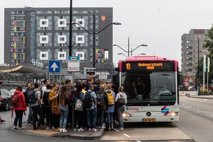 Drukte tijdens de ochtendspits in Lijn 10 voor studenten van HAN en Radboud Universiteit.