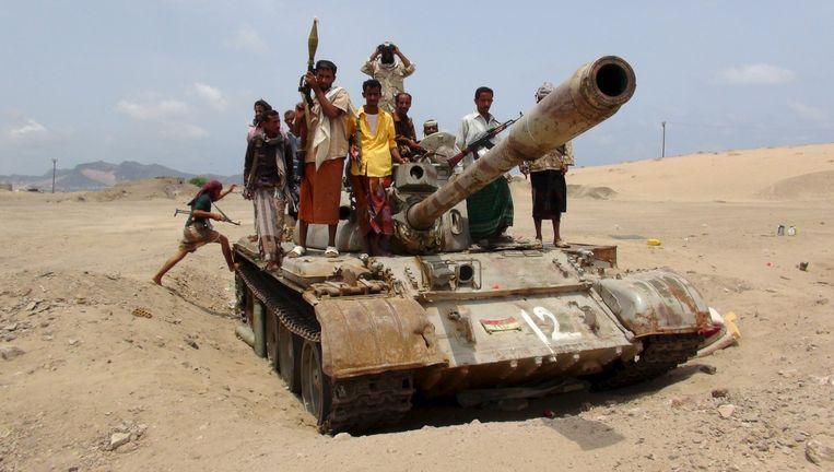 Jemenitische strijders op een tank aan de frontlinie. Beeld reuters