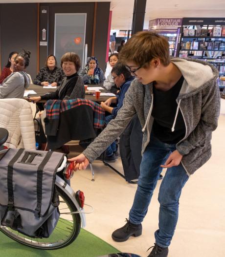 Het woord bagagedrager is niet uit te spreken, maar in het Taalcafé probeer je het wel