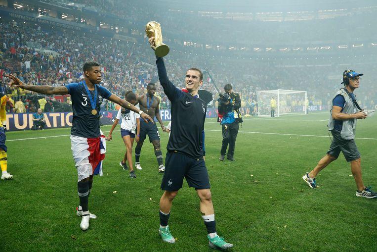 Antoine Griezmann toont de Franse supporters de wereldbeker. Beeld AFP