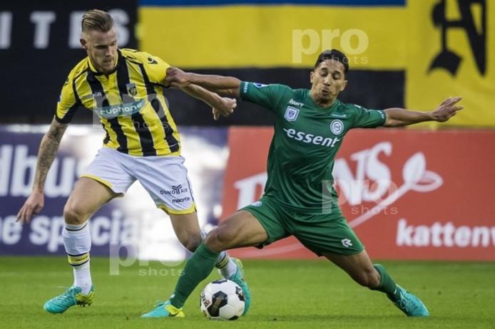 Vitesse-verdediger Maikel van der Werff (L) in duel met Tom Hiariej van FC Groningen.