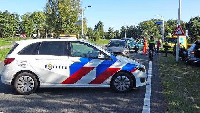 Op de kruising van de Beulakerweg met de Veneweg tussen Wanneperveen en Giethoorn raakten twee auto's met elkaar in botsing.