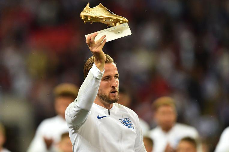 Harry Kane, de topschutter van het WK in Rusland, pronkt met zijn gouden schoen.
