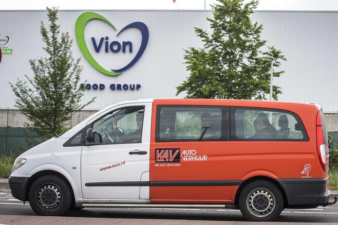 Arbeidsmigranten verlaten in een busje het slachthuis van Vion in Groenlo. Het slachthuis van vleesverwerker Vion is per direct gesloten vanwege een uitbraak van het nieuwe coronavirus.