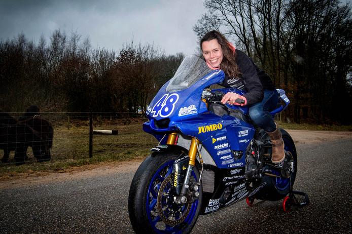 Jolanda van Westrenen showt haar nieuwe Yamaha 1000cc.