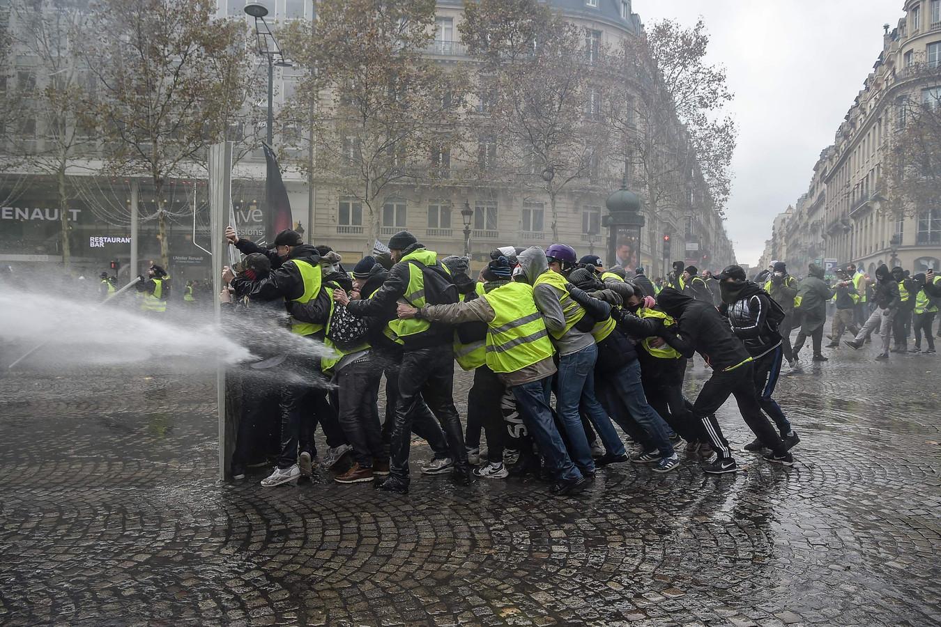 Op deze foto uit november 2018 worden Gele Hesjes bestookt met een waterkanon