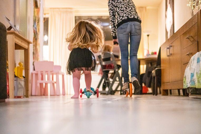 Moeder en kind spelen samen.  Beeld Hollandse Hoogte / Patricia Rehe