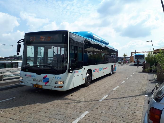 Bussen vrijdagochtend over de Waalkade.