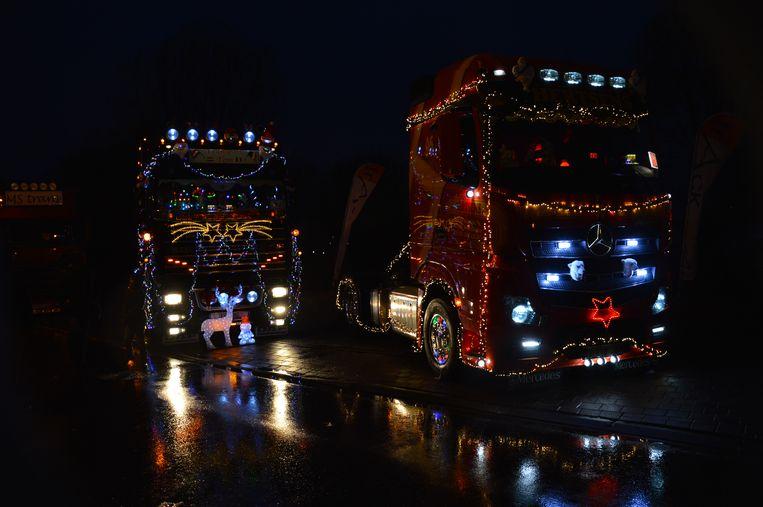 Enkele versierde en verlichte trucks op de kersttruckshow.