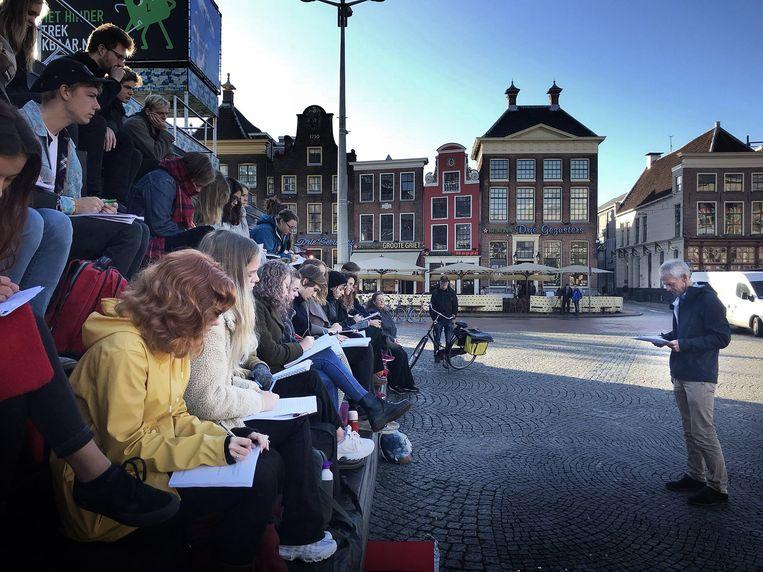 Hoogleraar Barend van Heusden geeft college op de Grote Markt in Groningen, uit protest tegen de bezuinigingen.  Beeld FOTO UK