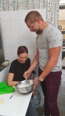 Ramon klopt de slagroom tijdens een date met Danique.