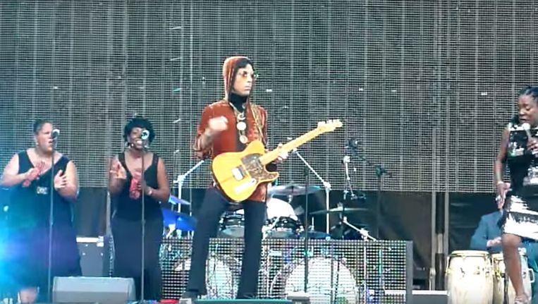 Prince met Sharon Jones en de Dap-Kings in Parijs, 2011 Beeld YouTube