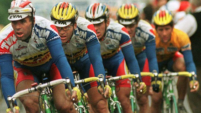 Archief: de TVM-ploeg vormt een waaier om topman Jeroen Blijlevens (r) uit de wind te houden. Beeld anp