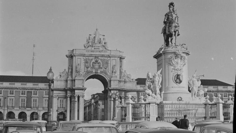 Het standbeeld van koning Jozef I op het Commercioplein in Lissabon in 1969. Beeld anp