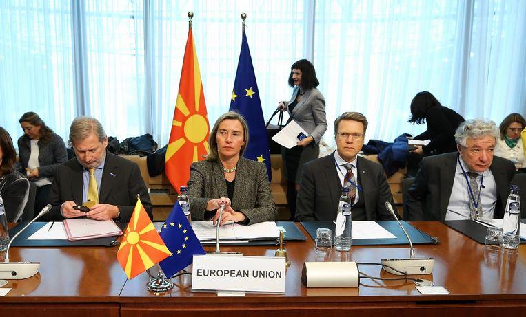 Vicevoorzitter van de Europese Commissie Federica Mogherini (tweede van links) en Eurocommissaris Johannes Hahn (tweede van rechts) tijdens een zitting over de stabilisatie van Noord-Macedonië.  Beeld Getty Images