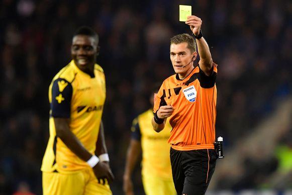 Ref Lardot geeft Marvelous Nakamba van Club Brugge een gele kaart (Genk-Club Brugge).
