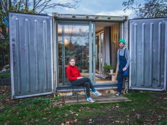 """Peter Paul en Rosa bouwen koelcontainer om tot huis: """"Het is slechts 2,3 op 11,5 meter maar het voelt groot aan"""""""