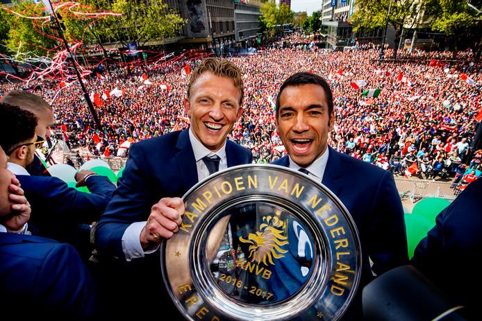 Giovanni van Bronckhorst (r) viert de landstitel met Dirk Kuyt. Is de Katwijker mogelijk zijn opvolger in de Kuip?
