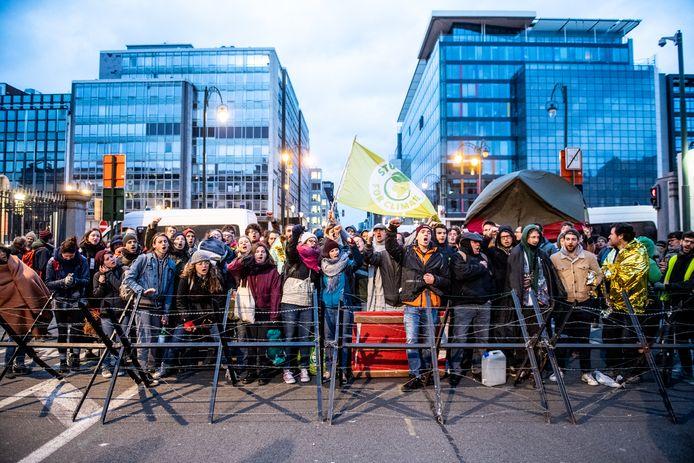 Activisten vatten dag en nacht post in Brussel om de politici tot actie aan te zetten.