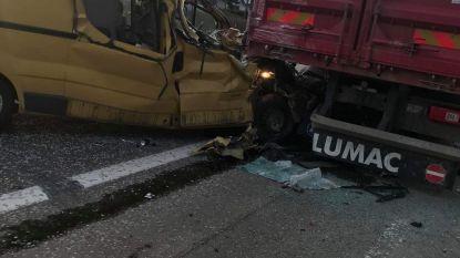 Bestuurder als bij wonder lichtgewond na zware knal tegen geparkeerde truck