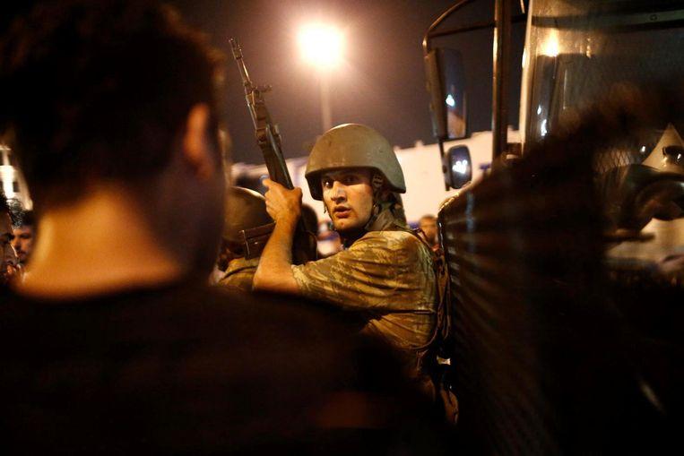 Een soldaat wordt opgepakt door de Turkse politie na de mislukte couppoging in Turkije van 16 juli. Beeld anp