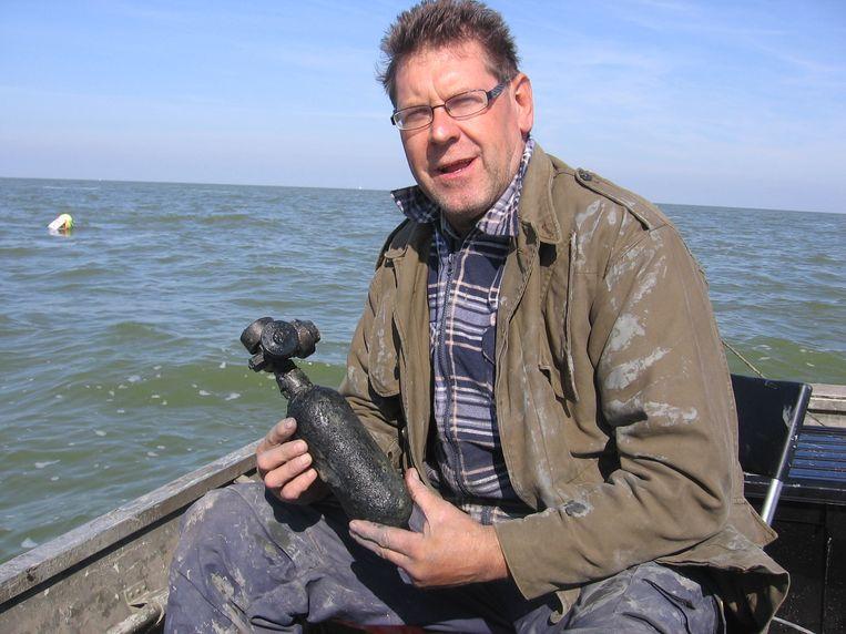 Vrijwilliger John Graas, met een zuurstofflesje van de BK716. Beeld