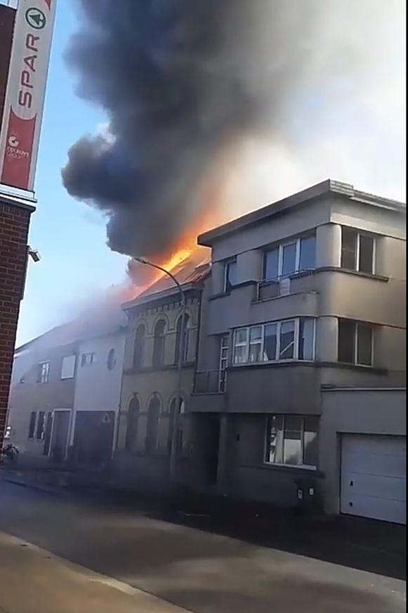 De vlammen sloegen al door het dak nog voor de brandweer arriveerde.