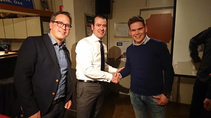Sidney van den Bergh (midden) feliciteert Erik van Gool.
