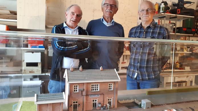 V.l.n.r Riny van Hassel, Piet Korsten en Jos Korsten bij de maquette.