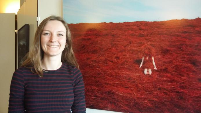 Anne Nobels uit Vogelwaarde bij één van haar werken die tijdens de Kunstschouw in Renesse zijn te zien. Z