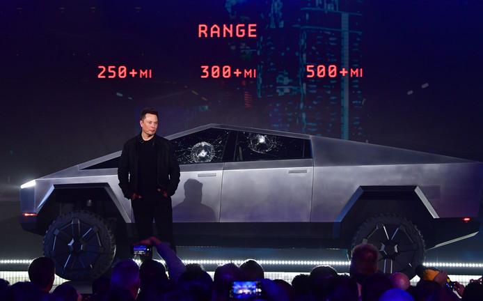 """Elon Musk et son tout nouveau """"cybertruck""""."""