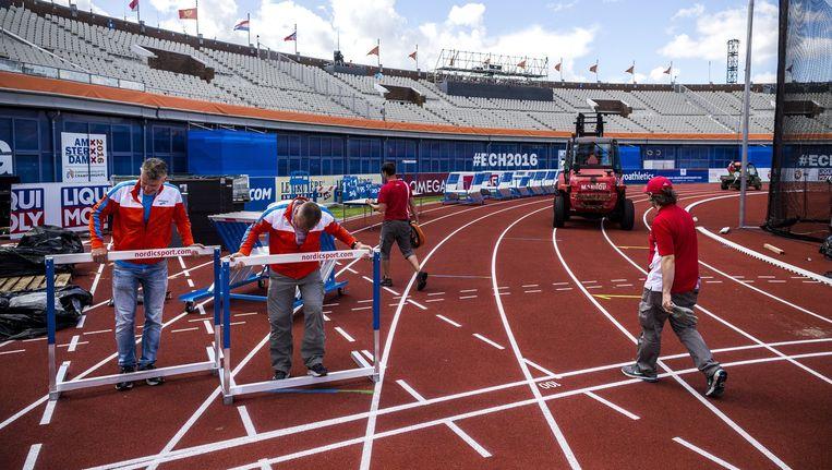 De vrijwilligers zorgen ervoor dat de kampioenschappen van start kunnen. Beeld Rink Hof