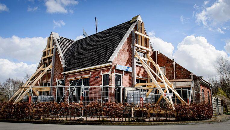 In 2016 werden huizen in Zeerijp tijdelijk verstevigd met balken als gevolg van aardbevingsschade die ontstond door gaswinning in het gebied. Beeld anp