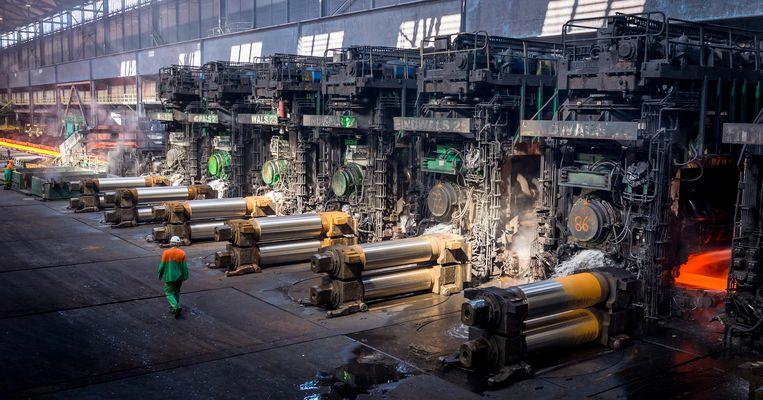 Plakken staal worden tot rollen staal uitgewalst in de Warmbandwalserij van staalbedrijf Tata Steel in IJmuiden.  Beeld ANP