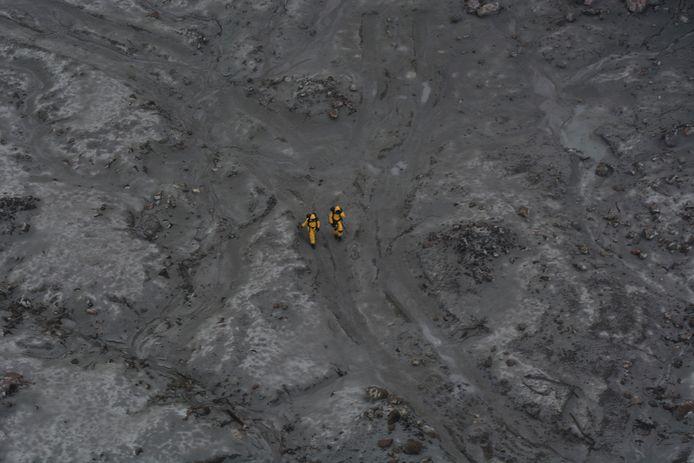 Bergingswerkers van het Nieuw-Zeelandse leger op het eiland op zoek naar de lichamen van de dodelijke slachtoffers.