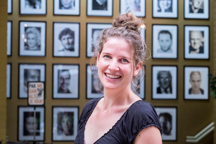 Wieke Vrijhoef geeft cabaretcolleges in De Weijer: ,,Ik hoef gelukkig niet zelf grappig te zijn.''