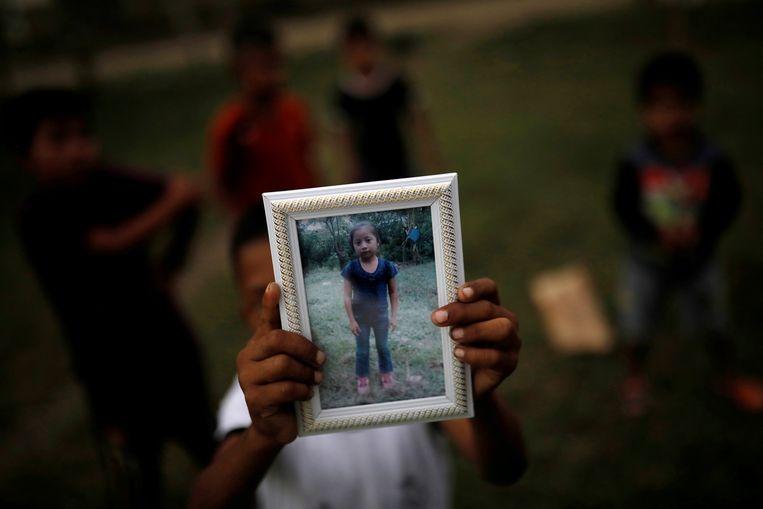 Abdel Caal, de broer van Jakelin Caal, toont een foto van zijn zusje.